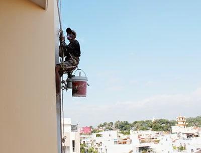 Thợ sơn nhà cũ tại Quận 8