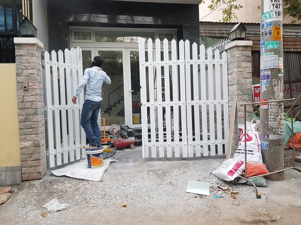 Thợ chuyên nhận sơn lại cửa sắt