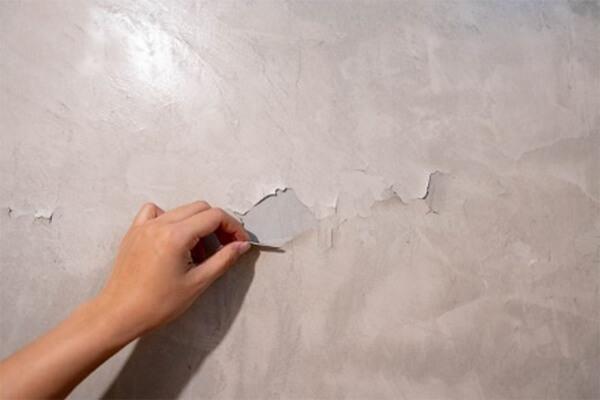 Lam sạch bề mặt, cạo hết các mảnh sơn bị bong trên